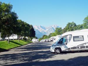 Ställplats Garmis-Partenkirchen har härlig utsikt över bergen.