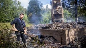 Ägaren Sune Sondell gick brandvakt vid hans eldhärjade hus på torsdags morgonen.
