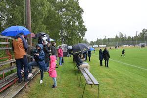 Det var paraplytätt innan matchen drog igång.
