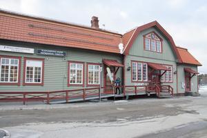 Stationshuset i Bräcke är byggt 1910 men har under många år varit ett tillhåll för drogförsäljning och allehanda missbruk. Men nu har fastigheten fräschats upp och området runt stationen upplevs som tryggare.