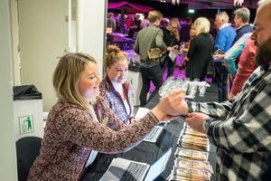 Linnéa Frisk och Anna Jonasson från Destination Vemdalen hade fullt upp med att lösa in folk på marknaden.
