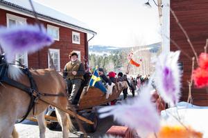 Med häst och vagn i täten stegade karnevalståget in på innergården.