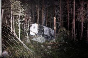 Bilen voltade in i skogen och bröt bland annat sönder en mindre tall.