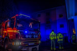 Räddningstjänsten ryckte ut till en brand i ett flerfamiljshus i Krylbo under fredagskvällen. Foto: Niklas Hagman.