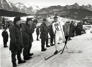 Sixten Jernberg stakar sig fram mot guldet i sista kurvan i Innsbruck 1964. Även Karl-Åke Asph Janne Stefansson och Assar Rönnlund fanns med i det svenska segrarlaget. Bild: TT.