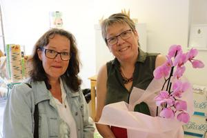 Lena Gustafsson överlämnade en blomma från näringslivssektionen i Ånge kommun till Eva Magnusson i samband med invigningen av den nya saluhallen i Ånge.