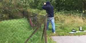 Här fotograferas gärningsmannen av ett vittne när han är på väg att fly från Jakobsdal för andra  gången. Foto: Ur polisens förundersökning.