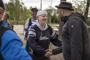 Pelle Marklund välkomnar Stiko Per Larsson in i sällskapet.