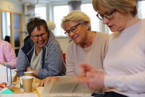 Ingegerd Lundstdt och Agneta Nord Hansson tittar på det urklippsalbum som Sylva Brändford (före detta Lindström) hade tagit med sig.
