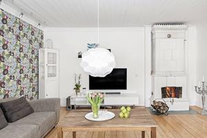 Vardagsrum med öppen spis.  Foto: PAX