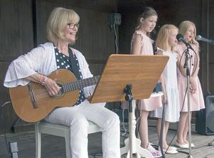 Esbjörs Christina Warg med ung sångkör underhöll med berättelser, sånger och visor.