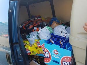 På bara några timmar lyckades Nicklas Uppvall och sambon Carolina Fredriksson i Söderhamn fylla sin skåpbil med mat, dryck och andra förnödenheter för att köra till Folkets hus i Färila.