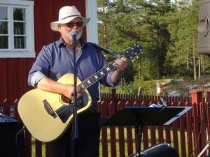 """Torkel Selin är en kristen trubadur från Härnösand, känd från TV i """"Minns du den sången"""". Foto: Kjell Larsson"""
