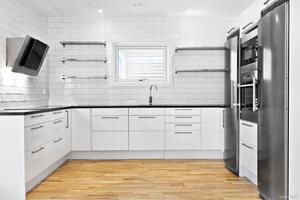 Köket i vitt och grått. Bild: Husmanhagberg