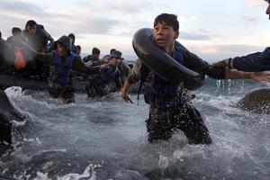 Foto: Tyler Hicks, New York Times.Bilden på Hadi togs 1 oktober 2015 på Lesbos när en överfull gummiflotte med migranter nådde stranden. En månad senare nådde Hadi Sverige.