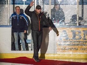 Publiken klappade och hockeyspelarna välkomnade The Mauler genom att slå med klubborna på isen. I bakgrunden IFK Arbogas ordförande, som också gav The Mauler en blomma.
