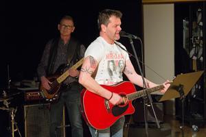 Johan Jansson (till höger) och Peter Lindqvist har båda spelat i coverbandet Buffers Band sedan det startade runt 1994. Här framträder de på en välgörenhetskonsert till förmån för Skinnskattebergs kulturskoleelever.