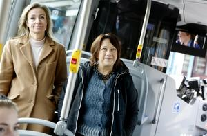 Länsrådet Susanna Löfgren och regionala utvecklingsnämndens 1:e vice ordförande Karin Thomasson (MP) höll presentationen av den nya klimatstrategin på en elbuss. Transporter i länet står för stora delar av koldioxidutsläppen som ska minskas under perioden 2020-2030.