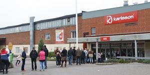 Det var kö utanför Karlsson innan butiken skulle öppna för konkursutförsäljning.
