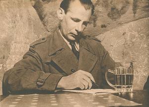 Nils Ferlin skriver sin rimmade poesi och tar en öl i krogmiljö 1943. Foto: Okänd