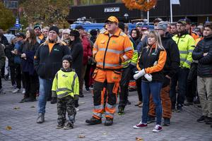 Från vänster står Lena Maris med sonen Aron Jansson, Anders Jansson och Helena Engholm. Helena har jobbat på sågen i 30 år och tyckte att det kändes bra med det engagemang som finns i kommunen mot nedläggningsbeslutet.