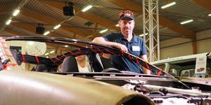 Tom Zidek vid Teslakarossen som kommer att se ut som en Amazon, så småningom.