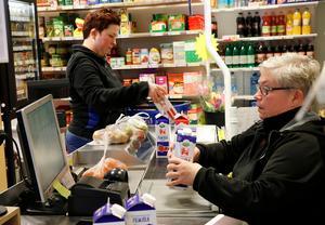 Ann-Christin Pettersson har drivit affären i Järnboås sedan 2015, här med dottern Josefine Pettersson. I mitten av maj lämnar hon över stafettpinnen till en ny kraft.