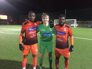 Ytttehogdals målskyttar Moses Dukrell till vänster och David Kuba Kuba till höger samt målvakten Harry Turner i mitten. Bild: Stefan Persson