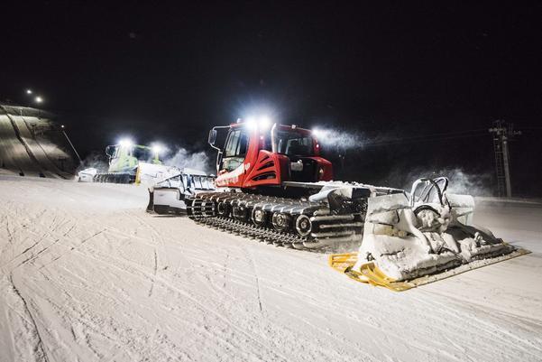 Under natten jobbar pistmaskinsförarna för att backarna ska vara redo till morgonen.
