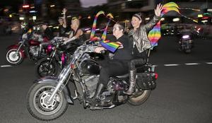 Dykes on bikes deltog i 2013 års upplaga av Sydney Mardi Gras Parade tillsammans 10 000 andra.