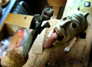 Skräckinjagande vidunder finns i världens folkkonst och inspirerar träsnidaren Aldenby.
