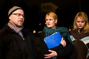 Torgny Lundström, gymnasielärare, Lena Lindh, gymnasielärare och Emma Lind, elev på Sörbergeskolan - som överlämnade de 8000 namnunderskrifterna till Ewa Lindstrand, kommunalråd i Timrå kommun.