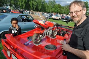 Självklart blev 7-årige Elias Engberg från Rättvik jättenyfiken på den stora röda sportbilen med en pytteliten motorcykel på toppen. – Joa den väcker uppseende, det  finns bara en Silverhawk i hela världen, det vet jag  för jag har byggt den alldeles själv, säger Per Persson, Insjön.