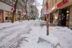 Någon eller några okända ska har flyttat betonghindren på gågatan. Enligt kommunen är det dock inte snöröjarna.