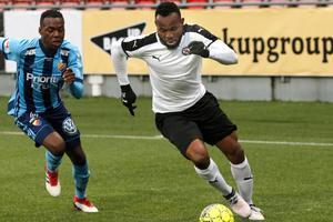 Djurgårdens zambiske juniorlandslagsmittfältare Edward Chilufya var en av spelarna som hade fullt upp när Michael Omoh stormade fram på ÖSK:s vänsterkant i U21-matchen mellan lagen på måndagskvällen.