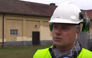 Olof Vannäs tittar andaktsfullt på inför sprängningen av skorstenen - den sista resten som ska bort innan han sätter igång med bygget. Foto: Nellie Pilsetnek