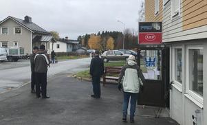 Samling utanför PRO-lokalen i Stugun. Foto: Elisabet Yngström