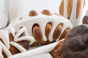 """De här verken av porslin och bröd gjorde Cecilia Jansson till utställningen """"Converging Paths"""" (Korsande vägar)."""
