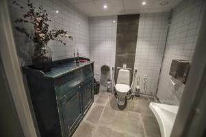 På toaletten har de blandat gammalt och nytt.