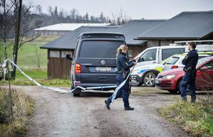 Polisen spärrar av vägen till den fastighet där 58-åringen hittades död. Bilden fotograferad  i måndags.