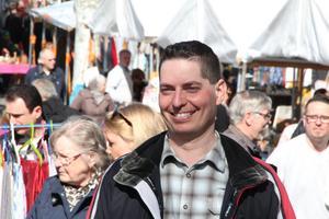Mattias Waara är arrangör för Ludvika Loppmarknad för första gången. Han är nöjd med premiären och glad över solen som skiner hela lördagen.