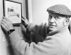 Göte Larsén med en av sina tuschteckningar. Foto: NP:s arkiv