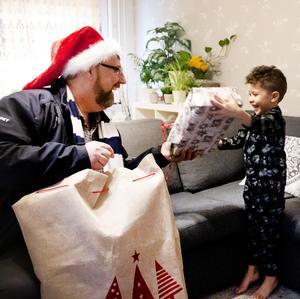 Lasse Wennman hjälper till att göra julen lite gladare för många familjer i Gävle.