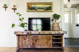 Den gamla snickarbänken som paret hittade i stallbyggnaden har fått kärlek och ett nytt liv som tv-bänk i vardagsrummet.