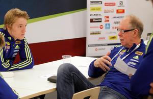 Sebastian Samuelsson tillsammans med landslagstränaren Wolfgang Pichler i december 2016. Foto: Andreas Olsen