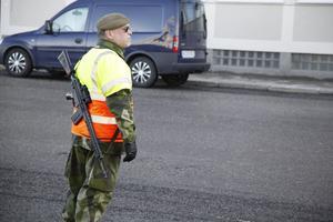 Hemvärnet från Härnösand vaktade ingångarna till Belos, då fartyget är ett svenskt skyddsobjekt. Ombord finns de inga vapen.