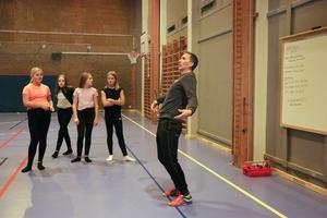 Efter uppvärmningen gick idrottsläraren Michael Pihl igenom rörelserna i dansen som eleverna skulle testa på musik- och rörelsepasset.