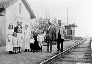 1917 stannade tåg vid Lillåns hållplats. Insändarskribenten väntar på att löften om nya stopp för tåg i norra Örebro införlivas.