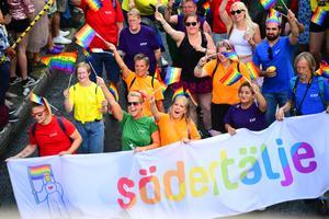 Under lördagens prideparad var det första gången Södertälje kommun gick med som organisation. Foto: Pontus Orre