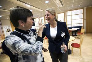 På samma nivå. Kommunstyrelsens ordförande Ulla Persson (S) signalerar att hon är nöjd med regeringens satsningar på järnvägar. Infrastrukturminister Catharina Elmsäter-Svärd lovade att proppar och flaskhalsar ska bort.Foto: Tony Persson